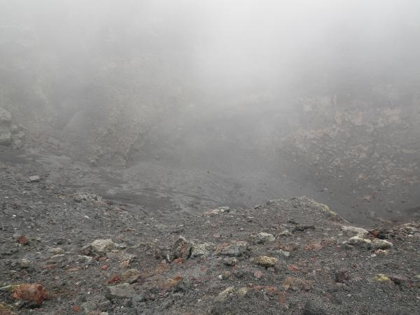 山頂の火口底は霧で見えませんでしたが割れ目火口はかすかに見えました