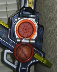 無双セイバー(長刀モードにオレンジロックシードを装着)