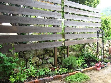 花壇のオベリスク2