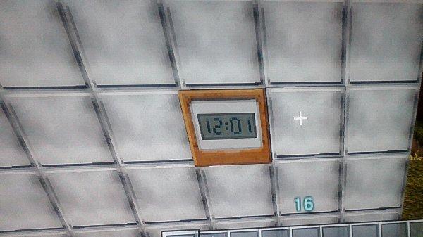 デジタルな時計。壁掛けには持ってこい。でも飾りなので時間は12:01分のまま。