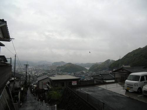 しばらく雨続くって。