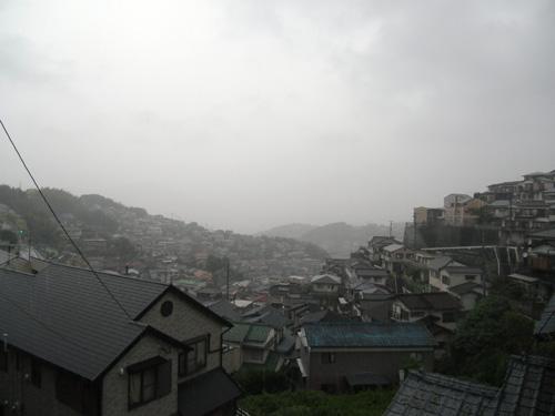 今日は結構激しい雨が降ってます。