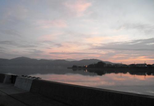 朝もやの大村湾。