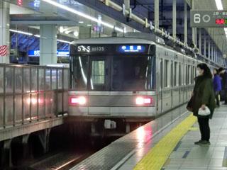 北千住駅に入線してくる日比谷線03系電車
