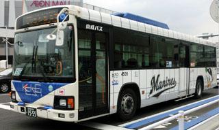 千葉ロッテマリーンズのラッピングを施した京成バス