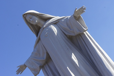 両手を広げたマリア様