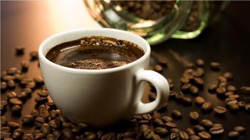 コーヒーを最も多く飲む世代は40~50歳代。