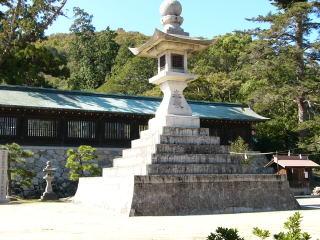 吉備津彦神社大石灯籠