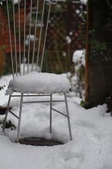 アイアン椅子雪