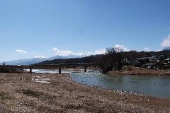 犀川と遠方に北アルプス