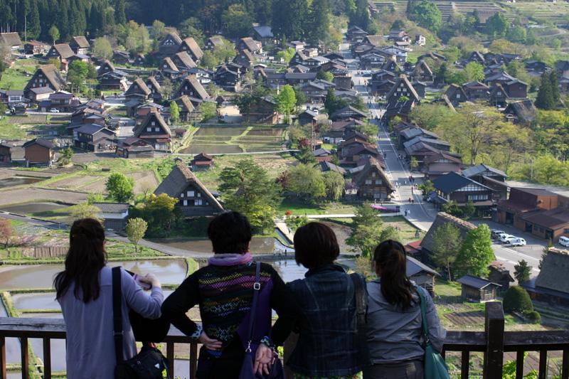 新緑の世界遺産 白川郷 美しい山々を眺め、自然を満喫しながら合掌集落内を歩いてみては? ④