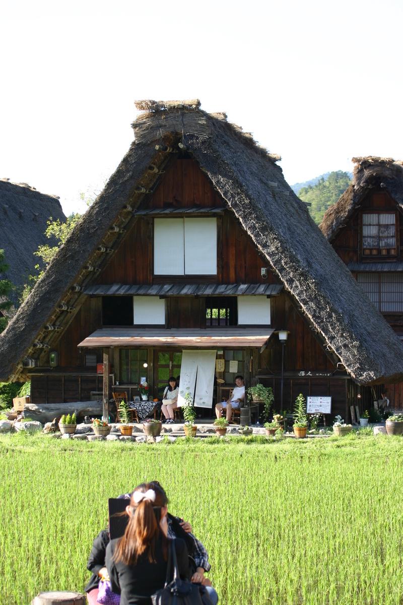 田園のなかに点在する合掌造りの民家 昔話のような日本の原風景がここに ~世界遺産 白川郷~ ⑤