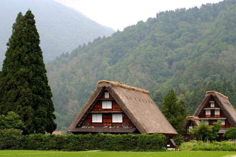 「合掌造り」と呼ばれる茅葺き屋根の家屋が立ち並び、郷愁を誘う風景が広がる~世界遺産 白川郷~  ②