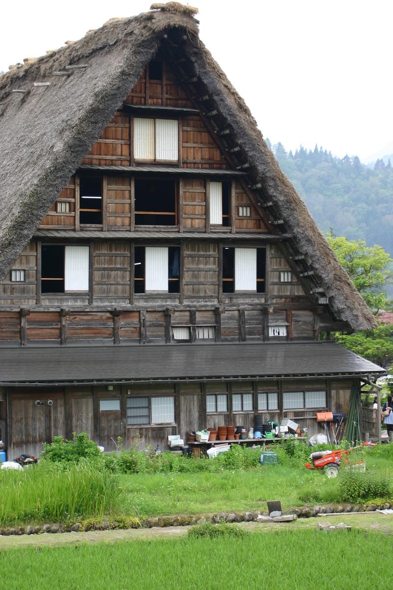 「合掌造り」と呼ばれる茅葺き屋根の家屋が立ち並び、郷愁を誘う風景が広がる~世界遺産 白川郷~  ④