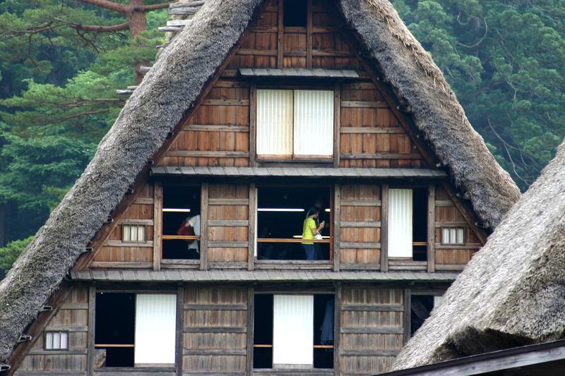 「合掌造り」と呼ばれる茅葺き屋根の家屋が立ち並び、郷愁を誘う風景が広がる~世界遺産 白川郷~  ⑤