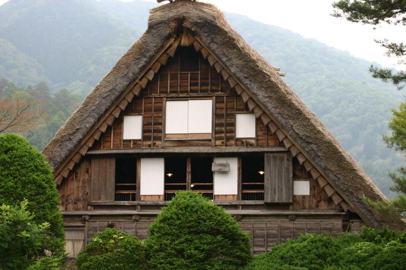 「合掌造り」と呼ばれる茅葺き屋根の家屋が立ち並び、郷愁を誘う風景が広がる~世界遺産 白川郷~  ⑥