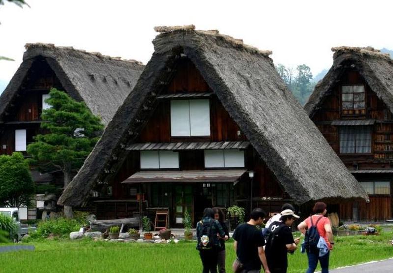 「合掌造り」と呼ばれる茅葺き屋根の家屋が立ち並び、郷愁を誘う風景が広がる~世界遺産 白川郷~  ⑧