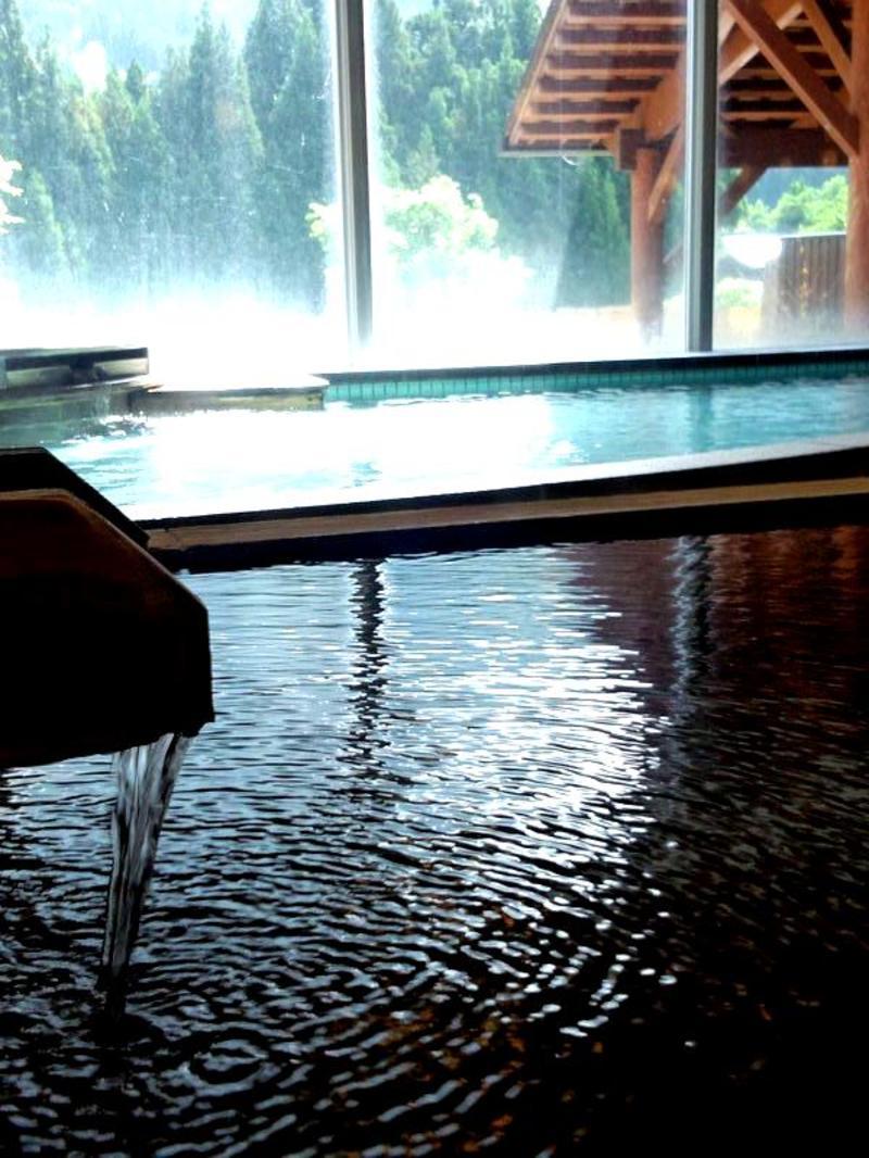 道の駅「飛騨白山」に隣接した日帰り温泉施設。広々露天風呂とゆったり内湯。白山の麓から湧く湯量豊かな温泉は子宝の湯として親しまれています。 ①