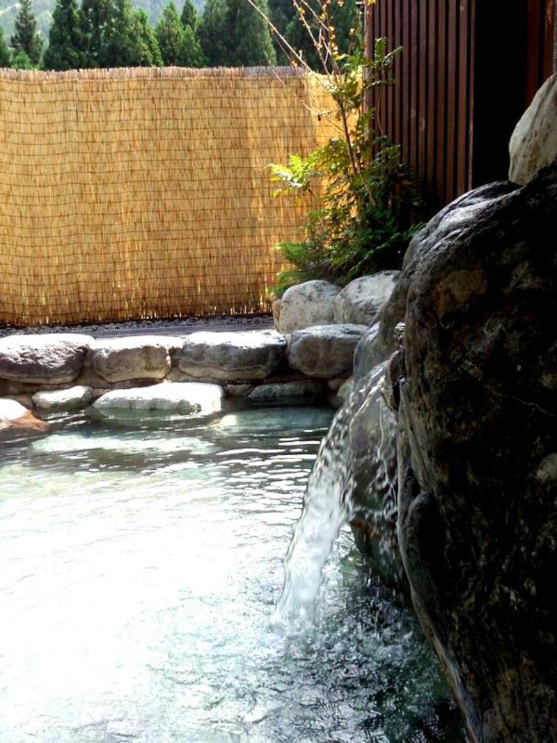 道の駅「飛騨白山」に隣接した日帰り温泉施設。広々露天風呂とゆったり内湯。白山の麓から湧く湯量豊かな温泉は子宝の湯として親しまれています。 ②