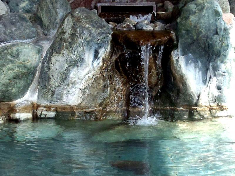 道の駅「飛騨白山」に隣接した日帰り温泉施設。広々露天風呂とゆったり内湯。白山の麓から湧く湯量豊かな温泉は子宝の湯として親しまれています。 ③