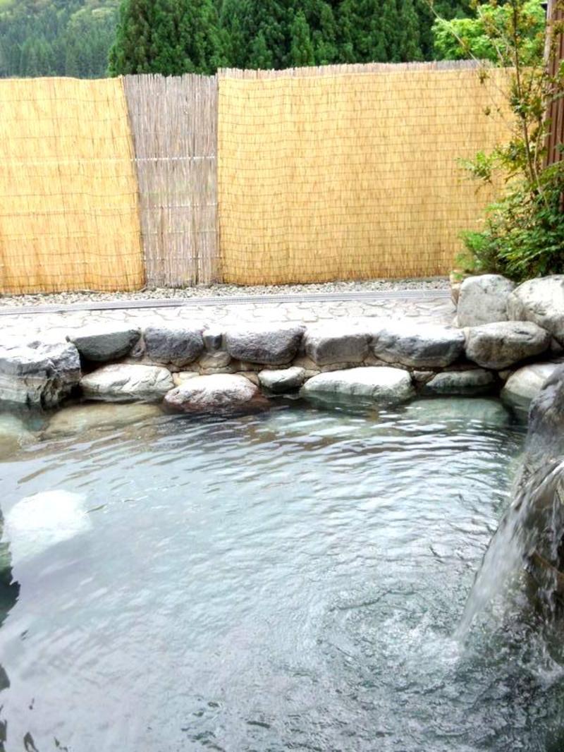 太陽きらめく夏の旅行シーズン。梅雨の長雨や夏の熱い日差しの 下で疲れぎみのカラダを癒すには世界遺産 白川郷に来て温泉が一番 (^O^)/ ⑧