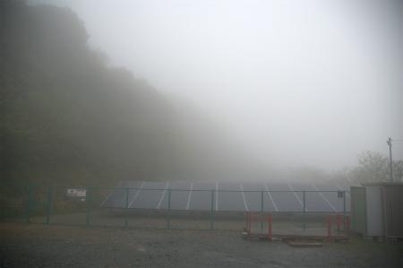 霧の中の太陽光発電所