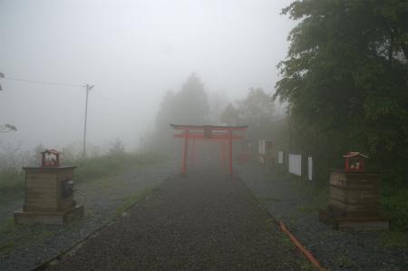 霧の中の境内1