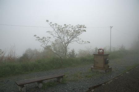 霧の中の境内2