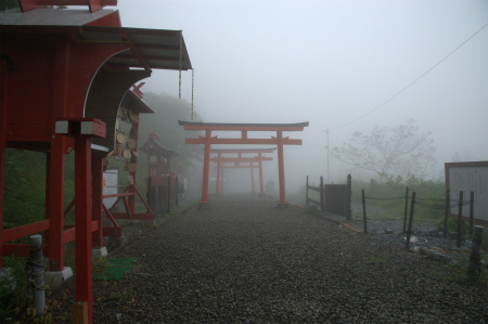 霧の中の境内5