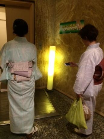 エレベーターを待つ2人!