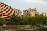 神戸市営住宅・ベルデ名谷。住宅西側の川沿いから