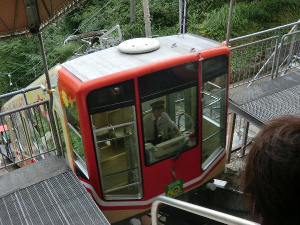立山へ向かうケーブルカー