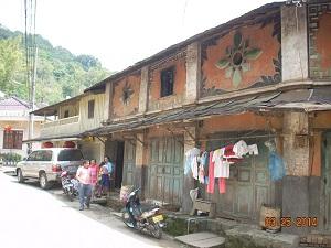 ⑦オレンジ色の壁の家