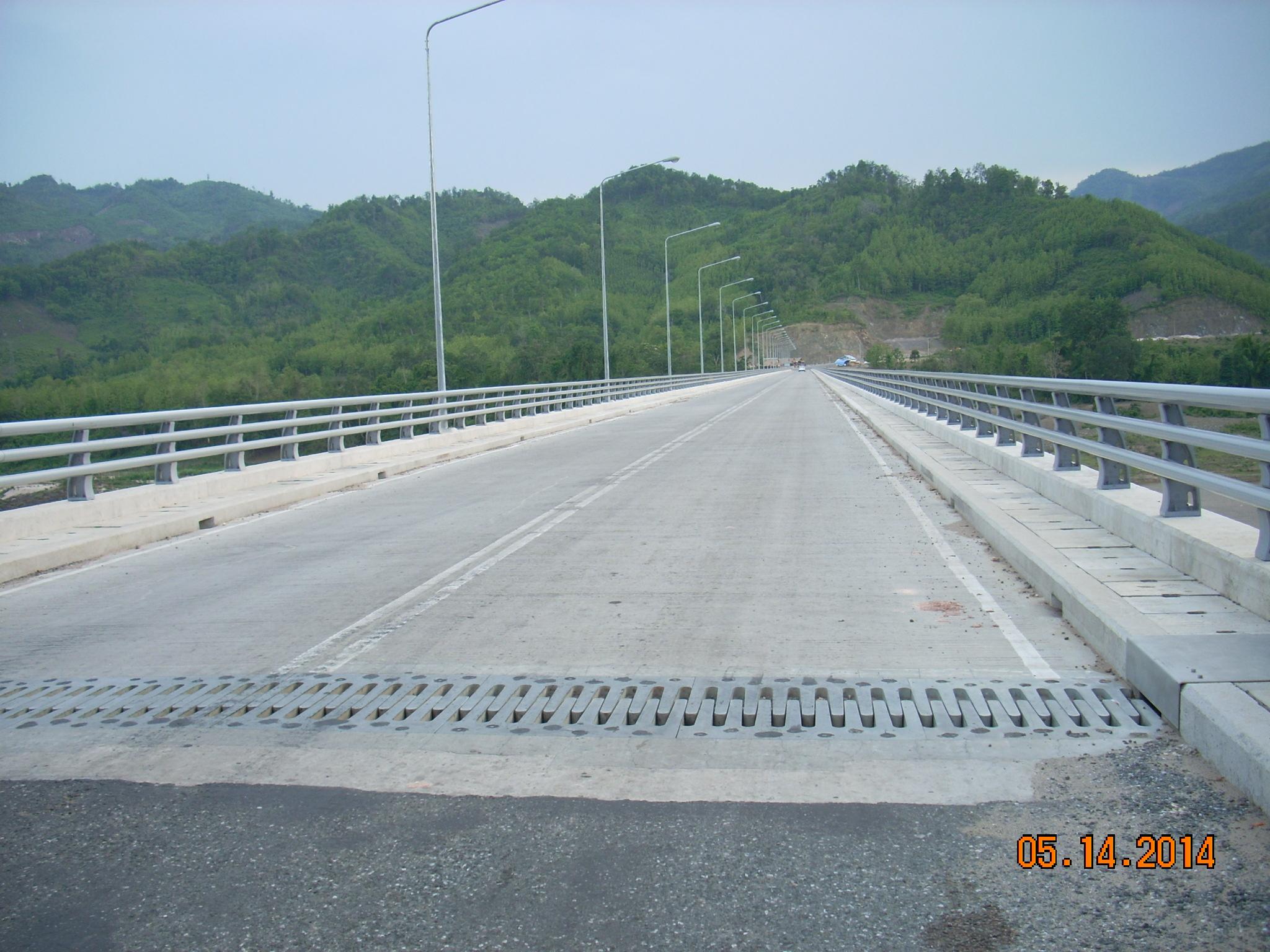 橋の全景(対岸はサイニャブーリー県)