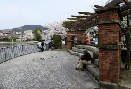 2014_04 03_疏水、煉瓦の壁と広場