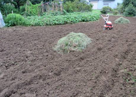 2014_08 25_雑草刈り後、耕運機・1