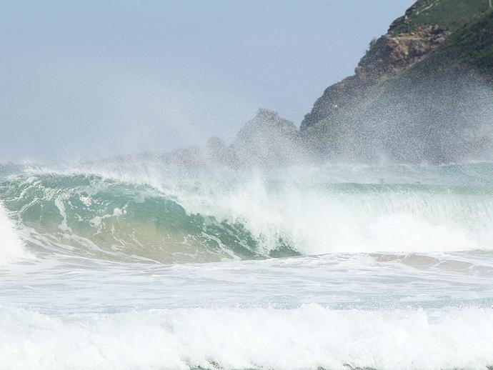 波が結構高いんです 伊豆白浜海岸にて