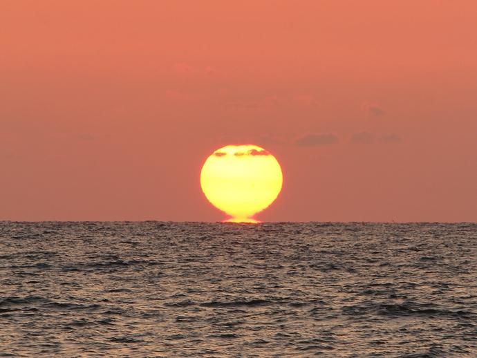 かほく市高松海岸で見た春のだるま夕日