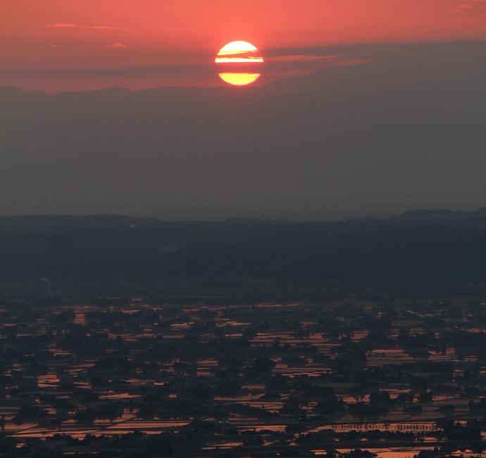 初夏の日の出 砺波平野を紅く染めて