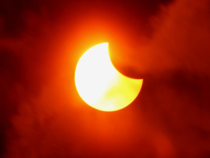 日食中の太陽vs流れる雲