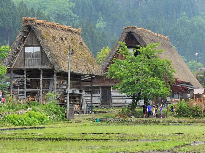 突然の雨で雨宿り 白川郷にて