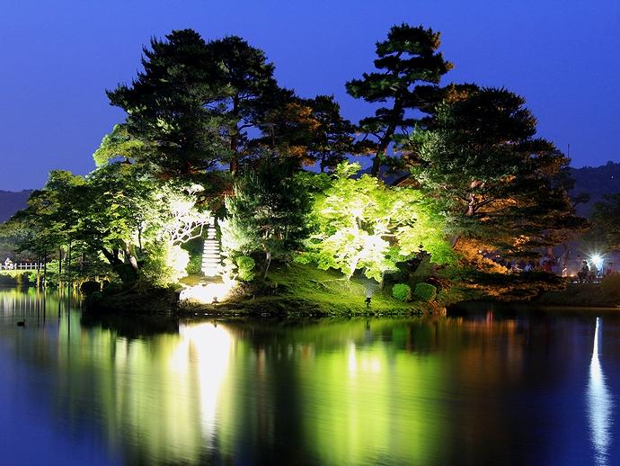 兼六園ライトアップ「初夏の段」 ブルーモーメントの霞ヶ池