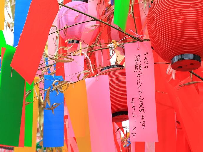 短冊に込められた願い 富山県高岡市の戸出七夕まつりにて