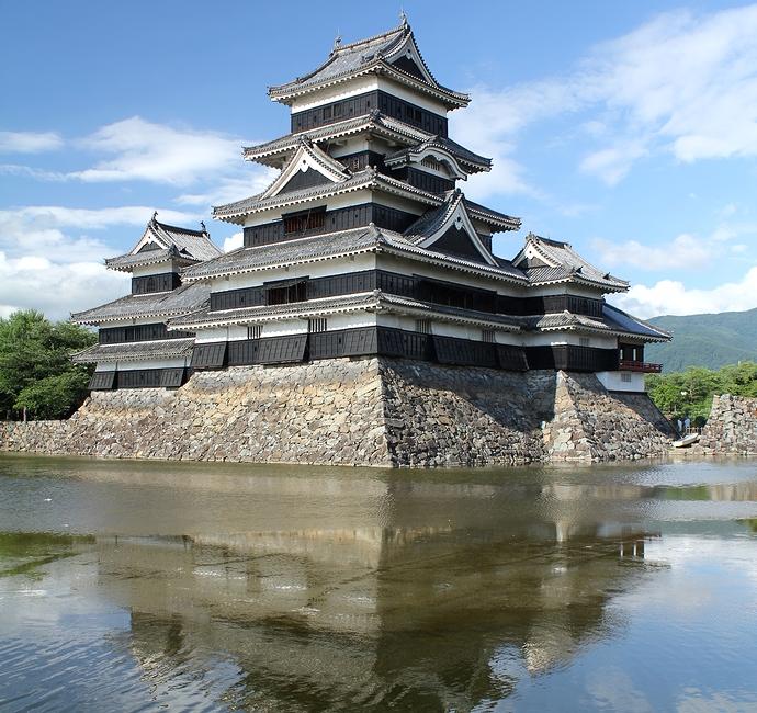 梅雨の晴れ間 松本城天守閣とお堀