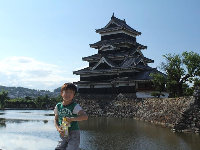 松本城天守をバックに記念撮影