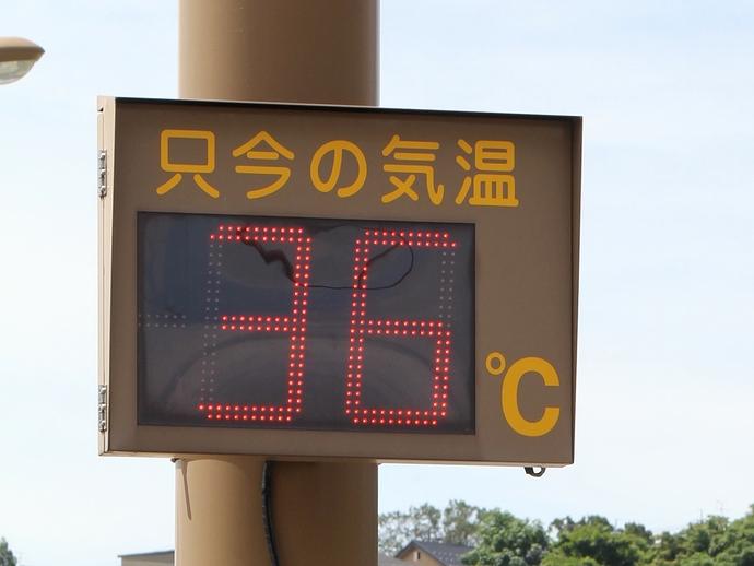 猛暑の中の温度計 金沢市の幹線道路にて