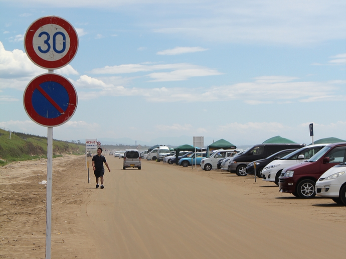 なぎさドライブウェイ 海水浴シーズン限定の道路標識