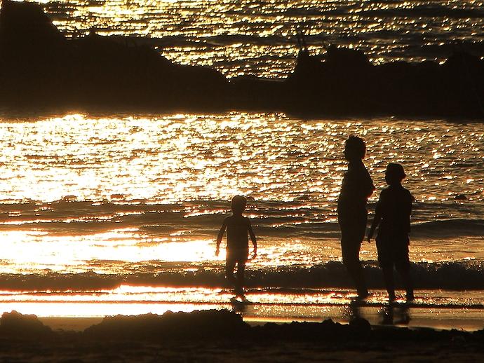夕日で輝く海と親子連れ(白山市徳光にて)