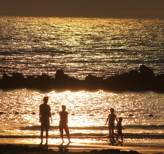 海の日 黄金色に輝く日本海(白山市徳光にて)