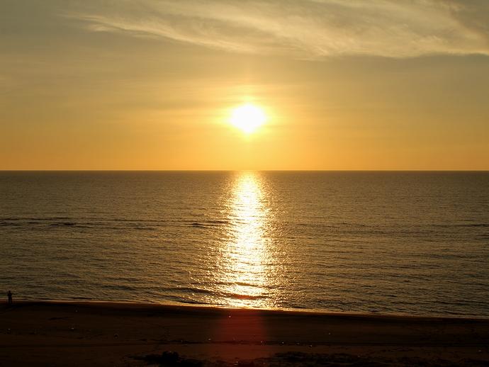 白山市の海岸 海が輝く夏の夕景